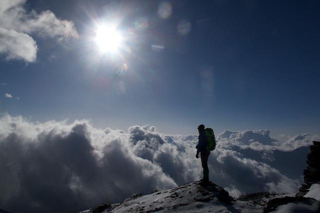 Manchmal, leider zu selten, lagen die Wolken unter uns. Dann war es plötzlich wieder einfach, sich neu zu motivieren. Die Ursache von Glück kann so klein sein. Manchmal reicht nur ein bisschen Sonnenschein.