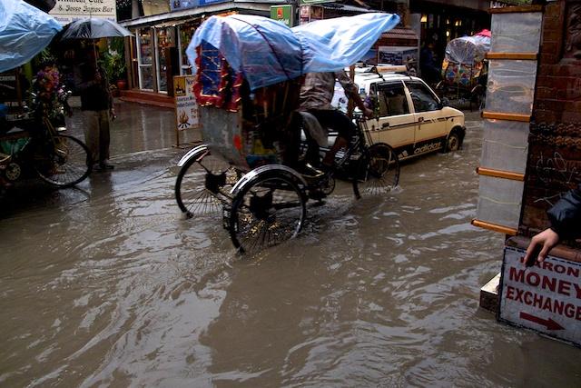 Kathmandu hat meine neue Gruppe gleich gebührend empfangen. Ein stundenlanger Wolkenbruch mit Hagel und Gewitter hat die halbe Stadt unter Wasser gesetzt. Die Rikschafahrer hat Hochkonjunktur.