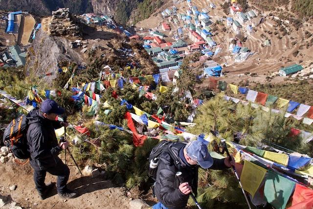 Um von Namche nach Khumjung zu kommen, muss man etwa 400 Höhenmeter aufsteigen. Und dieser Aufstieg war der tägliche Schulweg der  Kinder aus Namche, weil die Schule in Khumjung steht. Neuerdings gibt es für die ganz kleinen auch eine Primary School in Namche.