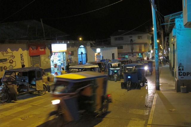 Hier in Caraz werden die  Leute erst so richtig nach Einbruch der Dunkelheit munter. Übrigens hab ich noch nirgendwo eine solch enorme Dicht an Tuktuks gesehen wie hier.