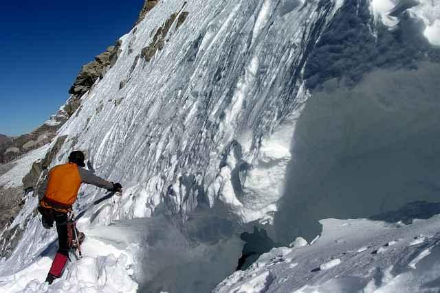 Wir hatten uns am Bergschrund eine Stelle gesucht, wo ein beherzter Übertritt möglich erschien. Abzusichern war er natürlich wirklich nicht. Aber ganz ohne Risiko geht es eben nie.