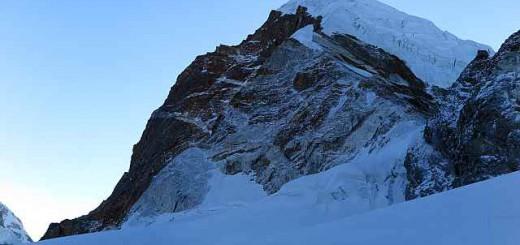 Der Nirekha heute morgen. Und davor ganz links unten wir kleine Menschlein. Warum wollen so kleine und so verletzliche Wesen auf so hohe Berge?