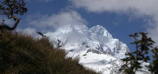 Der Sarmiento von Südwesten. Der niedrigere Nordwestgipfel (links) ist in diesem Foto wolkenverhangen. Dafür ist rechts daneben der Hauptgipfel und unsere Wand sehr schön zu erkennen.