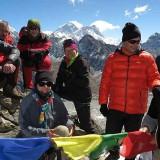 Die Gipfelstürmer bei bestem Wetter auf dem Gokyo Ri mit Everest im Hintergrund. Leider fehlen Carla und Gunter auf diesem Foto, weil sie erst deutlich später am höchsten Punkt eintrafen. Da waren die anderen schon wieder im Abstieg. Es ist einfach zu kalt dort oben, um lange zu warten.