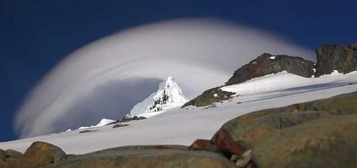 Der Monte Sarmiento verabschiedete sich am Sonnabend bei unserer Rückkehr ins Hochlager mit einem fulminanten Schauspiel. Wie mit einem Riesenstaubsauger wurde diese Wolke von rechts nach links über den Gipfel gesogen.