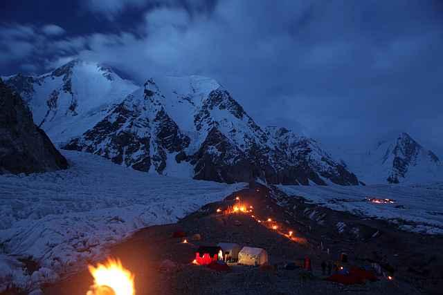 Unser Basislager in einer besonders schönen Nacht. Die Pakistanis hatten kleine Feuer entzündet, um einen religiösen Feiertag zu begehen.