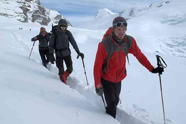 Katrin, Urs und Sven (v.l.n.r) haben immer mit an vorderster Front gekämpft, wenn es darum ging, für die Träger einen Weg gangbar zu machen. Hier auf dem Gletscherplateau des 5500 m hohen Mera La.