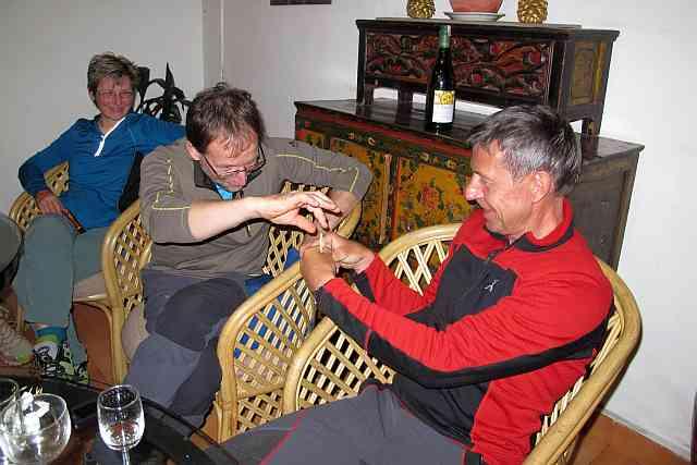 Als wir gestern Abend beim Tibetischen Hotpot saßen, platzte die Nachricht in die Runde, dass eine Hälfte der Gruppe schon mit dem ersten Flug starten müsste. Die andere mit dem dritten. Unangenehme Situation. Mit kurzen und langen Zahnstochern sollte entschieden werden wer wann fliegt. Geflogen sind wir dann aber doch alle gemeinsam.
