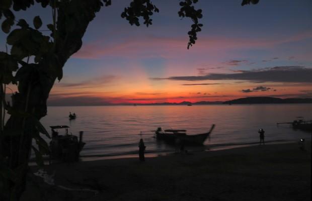 Wenn schon von für Thailand typischen Dingen die Rede ist, dann darf ein Foto von einem der oftmals spektakulären Sonnenuntergänge nicht fehlen. Allerdings darf nicht nicht jeden Tag auf dererlei Schauspiel hoffen. Gerade regnet es schon den dritten Tag.