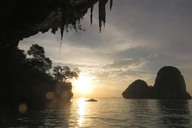 Genauso hatte ich mir Thailand vorgestellt. Steile Kletterfelsen ragen aus dem Meer. Strand, traumhafte Sonnenuntergänge. Schluss. Mehr gab es in meinem Kopf nicht.