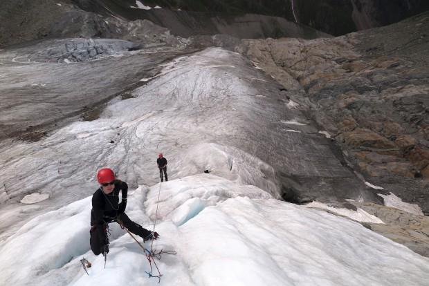 Das letzte Training mit Simona, Katja, Wolfgang und Enrico war erst Anfang Juli. Hier beim Üben am fixierten Seil: Aufstieg mit der Steigklemme, Verhalten am Fixpunkt, Abseilen.