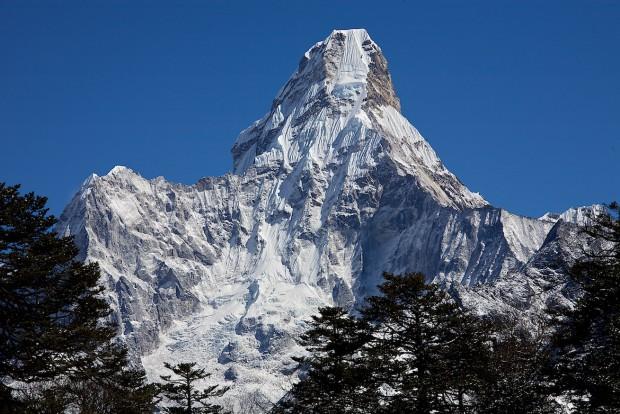 """Nicht das schwierigste aber doch mit Sicherheit das schönste von all meinen Zielen: Die 6856 m hohe Ama Dablam. Sie gilt bei vielen als der schönste Berg der Welt. Wer sie einmal gesehen hat, weiss, was mit dem Begriff """"Traumberg"""" gemeint ist. 2006 war ich über den Südwestgrat erfolgreich."""