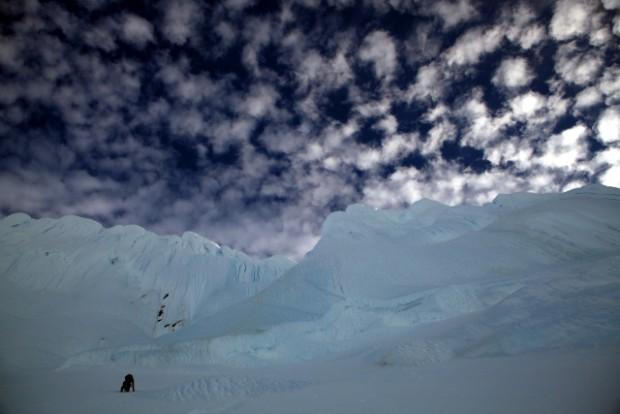 Erlebnisse mit sich am absoluten Limit. Seilfreies Klettern bis 60 oder 70° und immer Mal das Surren eines vorbeischießenden Eisbrockens am Ohr. Doch Geschwindigkeit war oberstes Gebot. Ohne sie ist die Wand nicht zu machen.