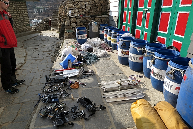 Nebenbei haben Kumar, Sven und ich unsere Ausrüstung für den Nirekha Peak gepackt. Sechs 60 Liter-Tonnen sind es geworden, insgesamt knapp 150 Kilo für die Yaks. Expeditionsfeeling kommt auf. Vielen Dank Sven, für Deine Hilfe!