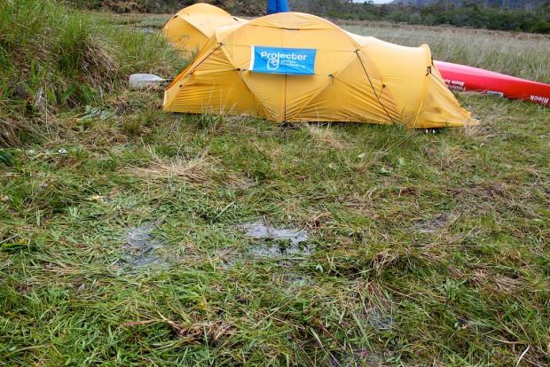 Wenn dein Zeltplatz im Basislager, bei einer womöglich wochenlangen Belagerung eines Berges so aussieht, dann ist das alles mögliche, nur nicht lustig!