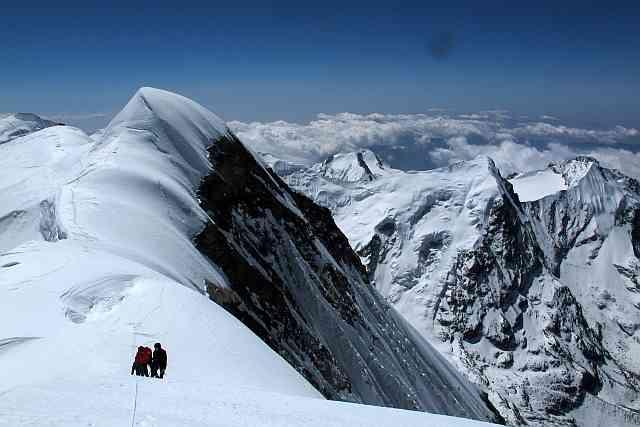 Der spannendste Abschnitt am Mera Peak ist die Querung vom 6461 m hohen Mittelgipfel zum 15 m höheren Nordgipfel. Bemerkenswerterweise geben sich wohl fast alle mit dem Mittelgipfel zufrieden, obwohl dieser definitiv nicht der höchste Punkt des Berges ist.