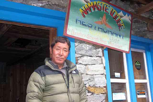 Ein sehr stolzer Tsering Sherpa vor seiner Lodge. Ich habe ihm mein Wort gegeben, dass seine Ausrüstung unversehrt in Lukla für ihn aufbewahrt wird. Und wenn etwas kaputt geht, dann werden wir es selbstverständlich ersetzen.