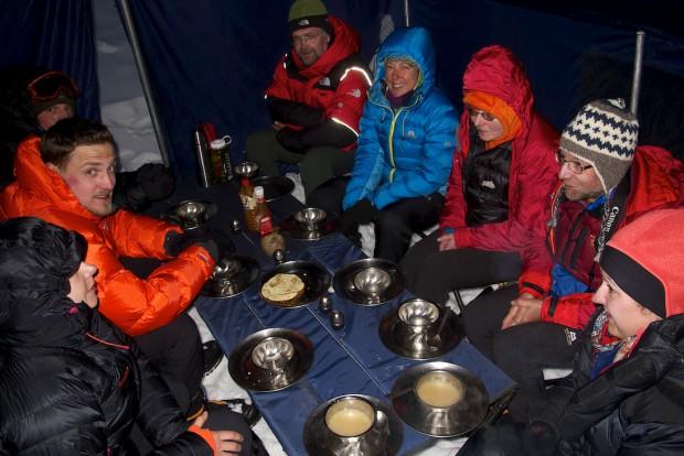 Meine Gruppe im Basislager des Mera Peak. Übrigens so eine Art Fügung. Denn buchstäblich die ganze Zeit herrschten auf der Tour fast schon katastrophale Bedingungen. Nur an unserem Hauptziel nicht. Deshalb waren wir auch auf dem Gipfel!