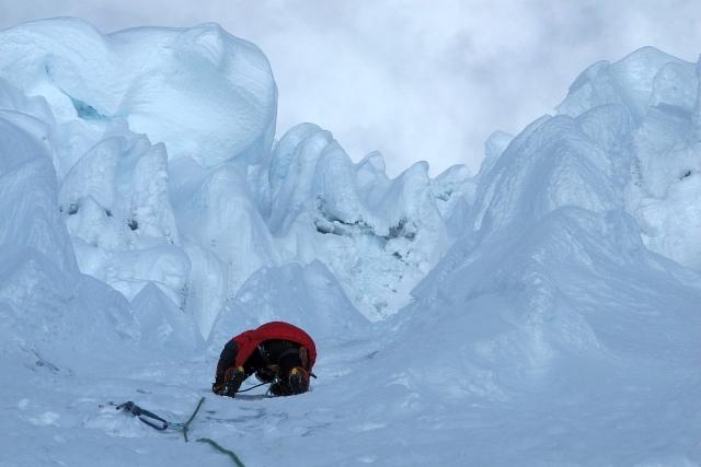 Dieses surreale Bild hat jacob von mir drei Seillängen unter dem Gipfel gemacht. Er musste seinen Kopf sehr weit in den Nacken legen, denn es ging inzwischen sehr steil nach oben, vielleicht 70 Grad. Die riesigen, jederzeit absrurzbereiten Eispilze strapazierten meine Nerven.