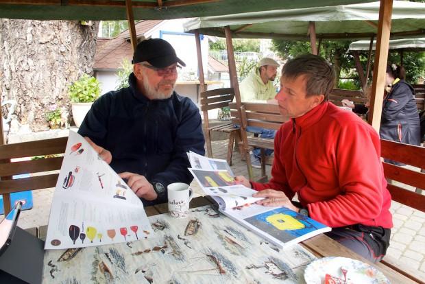 Bernd Herold führt mich in die Welt der Kajakausrüstung ein. Auch hier gilt, es gibt nichts, was es nicht gibt. Und wir brauchen für unsere anspruchsvolle Tour über die Magellanstaße doch so einiges.