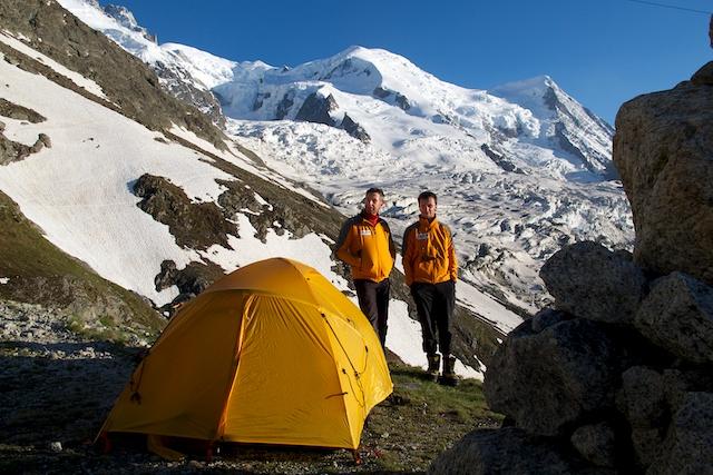Unser erstes Lager an der verlassenen Seilbahnstation Les Glaciers L´Orient. Im Hintergrund der Dome de Gouter (4304 m) sowie rechts die Aiguille de Gouter. Ausserdem der Glacier des Bossons.