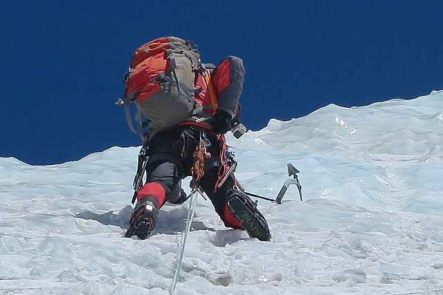 Der letzte Steilaufschwung glänzte im wahrsten Sinne des Wortes. Blankeis aber hat einen entscheidenden Vorteil. Der Vorsteiger kann sich rasch und verlässlich mit Eisschrauben absichern.absichern.