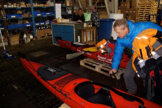 Zu dritt sind wir bei der Firma Oehler angerückt, um unsere Ausrüstung abzugeben und die Verpackung der Boote abzusprechen und zu überwachen.