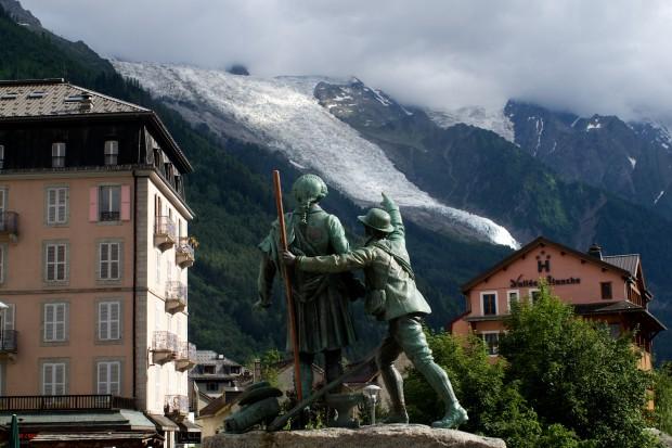 Das Denkmal für die beiden Erstbesteiger im Zentrum von Chamonix. Herr Balmat zeigt uns gerade den Bossonsgletscher!