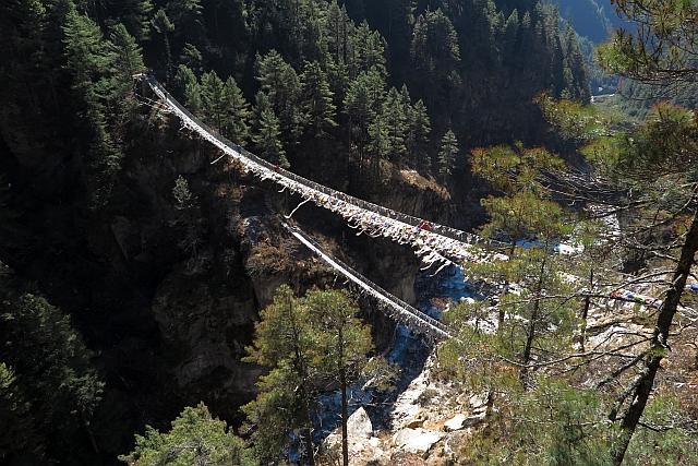 Nun gibt es gleich zwei. Die untere galt schon als die höchste Hängebrücke Nepals. Doch die obere hängt noch einmal 60 m höher. Für manche meiner Gäste schon eine spannende Angelegenheit, dort drüber zu gehen.
