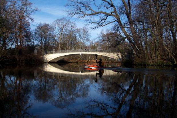 Auf Leipzigs Wasserstraßen unterwegs zu sein, kann schon mal zu einem ganz besonderem Erlebnis werden. Hier die perfekte Spätherbstliche Stimme an der Brücke der Vier Jahreszeiten.