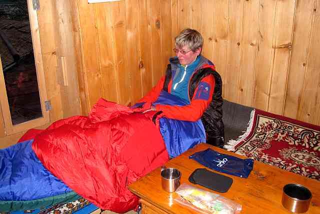 Der Schlafsack war Karins größte Sorge. Sie friert eben schnell. Die beiden, die er uns brachte, waren für Sherpas gedacht. Deshalb nahm Karin gleich beide. Ineinander gesteckt und mit unseren Daunenjacken bedeckt muss es gehen.