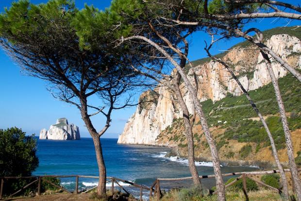 Unser Spielfeld in der ersten Woche: Ein Klettergebiet direkt an der Küste im Südwesten Sardiniens. Hier im Bild die Scogliera di Porto Flavia und das Castello dell iride. Mehrseillängenrouten vom allerfeinsten teilweise auch mit einer gewissen Ernsthaftigkeit und vor allem viel Luft unter dem Hintern. Links die Felseninsel ist der Pan di Zucchero.