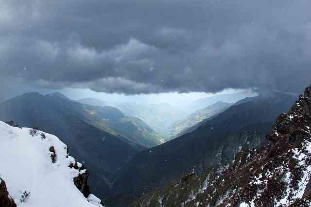 Auf dem Weg von Khote zum 4600 m hohen Zatra La (La=Pass) überraschte uns heute ein schweres Gewitter. Und es war uns alles andere als einerlei. Doch die Stimmung, welches das Unwetter mit sich brachte, war grandios, aber leider per Foto kaum wiederzugeben.