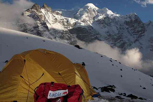 Die sehr eindrucksvolle Nordwestflanke des Mera Peak vom 4800 m hoch gelegenen Khare aus gesehen.