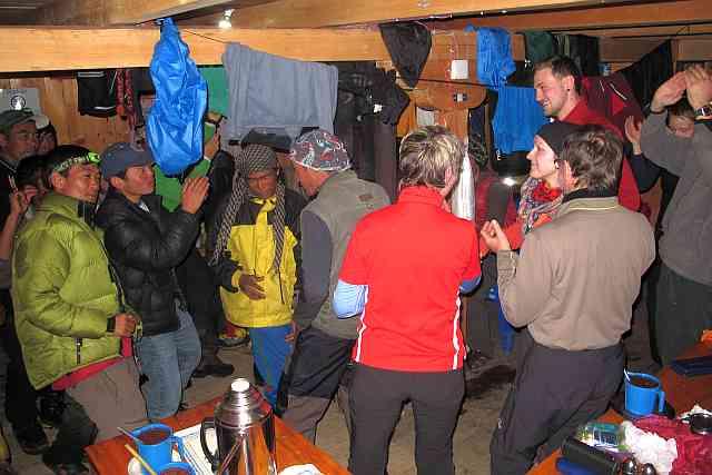 Am Abend nach diesem extrem harten Tag haben wir alle unsere Träger auf eine Party eingeladen. Es gab traditionell nepalesiche Alkoholika wie Chongba, Chang und Rakschi. Und dann wurde wie verrückt getanzt. Ich glaube, unsere Träger sind mit uns sehr glücklich.