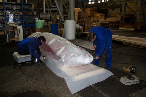 Wie rohe Eier wurden unsere Boote behandelt. Zusammengeschnürt, eingeschweißt und gepolstert. Bei der Firma Oehler wird ganz offensichtlich Qualitätsarbeit geleistet.