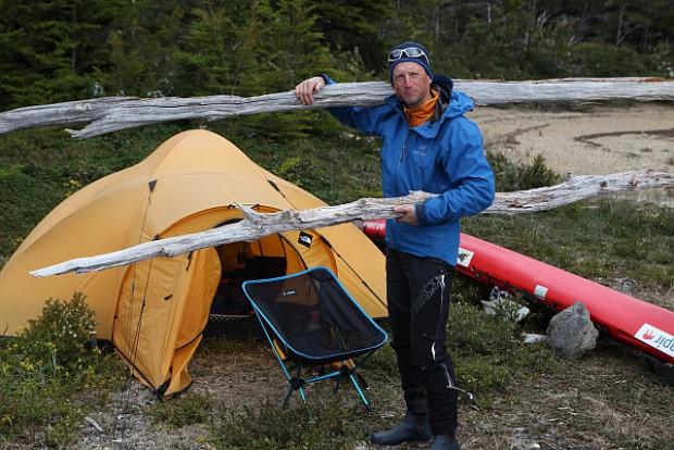Ralf macht sich und sein Zelt sturmfest in Erwartung des Tiefs im Agostinifjord.