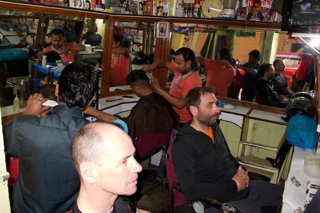 So ein paar Dinge sind ganz wichtig, wenn die Gäste wieder in Kathmandu angekommen sind. Duschen, Ganz groß Frühstücken und eben zum Frisör gehen. Und das ist kein Wagnis. Die frisöre sind hier noch echte Könner mit der Schere.