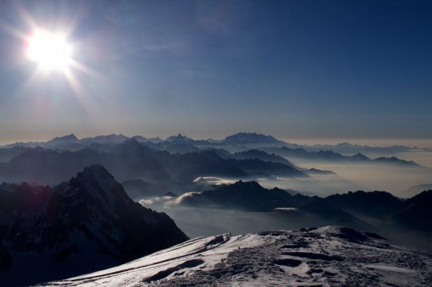 Der Blick vom Gipfel nach Osten. Im Hintergrund ist das Matterhorn zu erkennen.