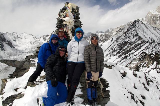 Trotzdem waren sie heute die Helden des Tages, zumal wir nicht nur zurück nach Chukhung absteigen mussten, sondern noch weitere zwei Stunden bis nach Dingboche (4400 m), weil in unserer Lodge in Chukhung das Kerosin zum Kochen ausgegangen war.
