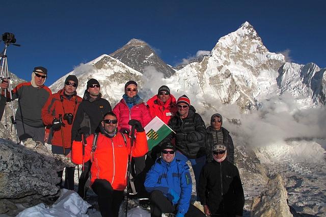 Alle haben den Aufstieg auf den 5660 m hohen Kalar Pattar geschafft. Heinz hat seinen Höhenrekord noch einmal um fast 300 m nach oben verschoben. Und die Anstrengungen haben sich mehr als gelohnt, denn die Luft war glasklar und das Abendlicht am Everest absolut perfekt.