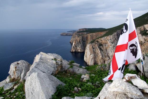 Irgendjemand hat dort oben die Nationalflagge Sardiniens aufgestellt. Offensichtlich sind auch die Sardies Matteo sagte mir, dass man sich dort selbst so nennt, voller Nationalstolz.