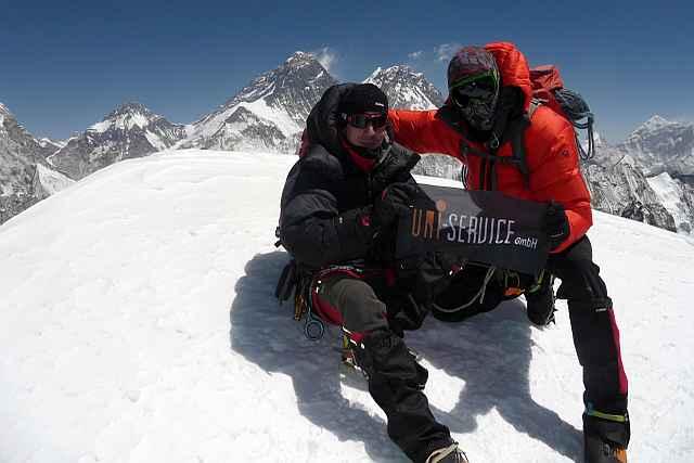 Die Momente auf dem Gipfel waren etwas ganz besonderes. Es hat alles gepasst hier oben. Im Hintergrund der Mount Everest.
