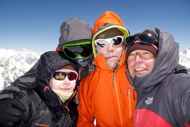 Hier mal ein Beweisfoto (Gipfel des Mera), dass ich überhaupt mit war. Diese drei, also Katrin, Sven und Urs, waren nicht nur auf dem Gipfel des fast sechseinhalbtausend Meter hohen Mera Peaks. Sie waren auch immer mit vorne dran, wenn es hieß, das gerade etwas anstrengendes oder unangenehmes zu machen ist.