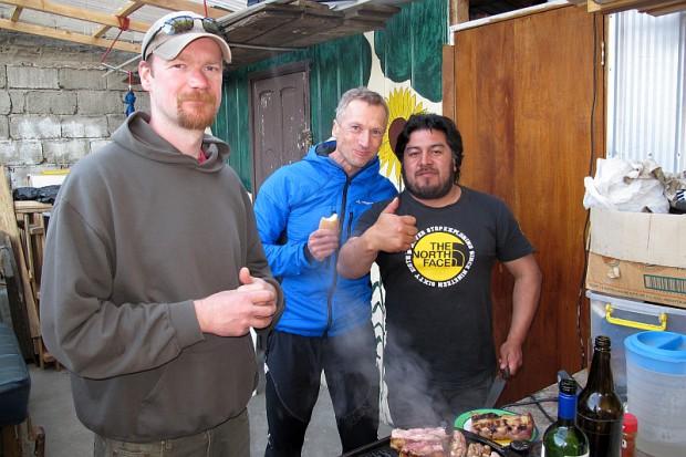 Da war die Welt noch in Ordnung. Links Sebastian, der Leipziger, der hier in Punta Arenas mit seiner Frau ein Hostel führt, in der Mitte Falk und rechts Cristian, der hier ein kleines Touristikunternehmen führt.