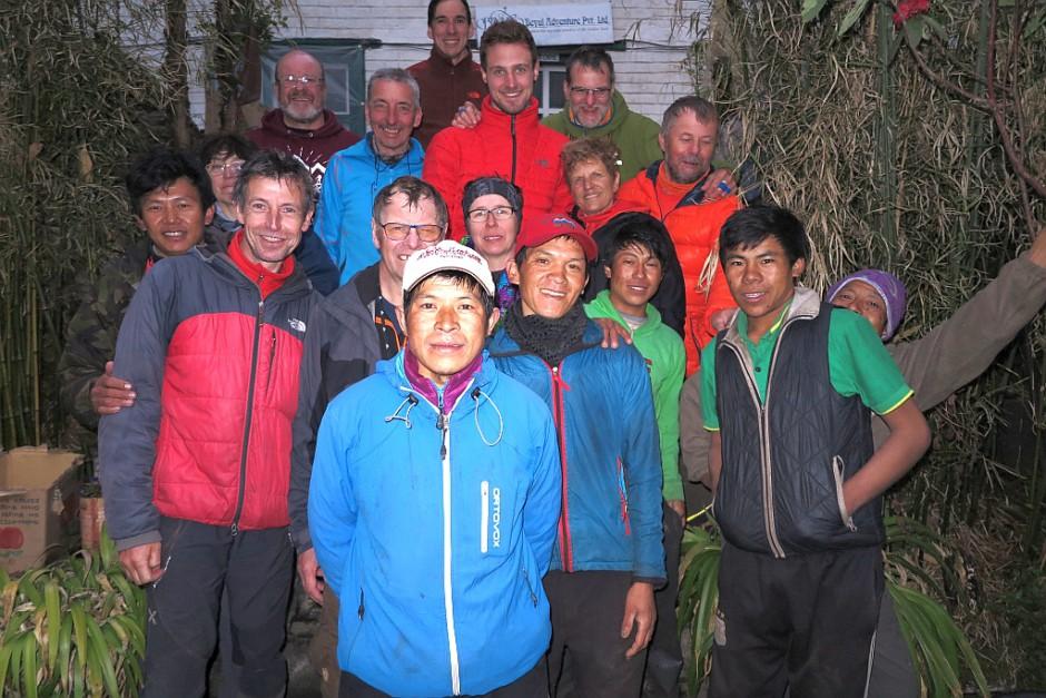Die ganze Truppe mal gemeinsam auf einem Foto. Sogar ich bin mit drauf! Hier bei unserem Abschied von den Trägern in Lukla.