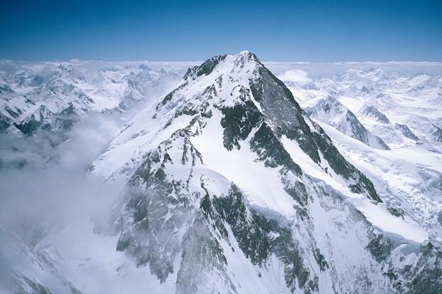Diesen Blick auf die Nordseite des Hidden Peak und den Gasherbrum-Sattel habe ich vom Gipfel des Gasherbrum II aufgenommen. Hier ist das Japaner Couloir unten etwas links der Bildmitte sehr schön zu sehen.