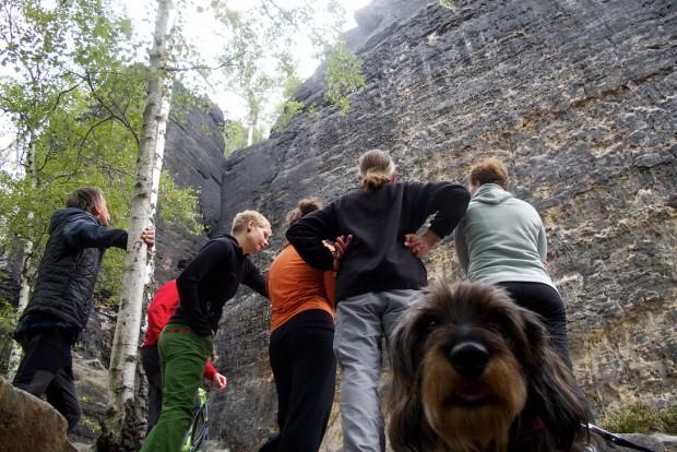 Routenstudium an der Talseite der Liliensteinnadel unter dem Schutz eines gefährlichen Jagdhundes. Schließlich ist Ronny Förster.