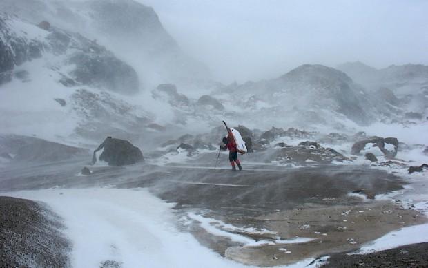 Bei unserer Überquerung des patagonischen Inlandeises vom Jorge Montt-Gletscher zum Paso del Viento haben wir Stürme erlebt, die einfach unbeschreiblich sind. Man stelle sich einen riesigen Footballspieler vor, der einen in vollem Lauf umrennt. So ähnlich fühlt sich eine starke Sturmböe auf dem patagonischen Inlandeis an.