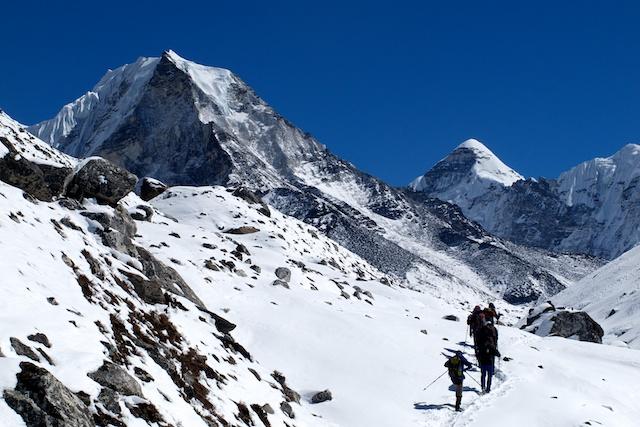 Es ist anstrengend, stundenlang zu spuren, keine Frage. Aber auf der anderen Seite ist die tief verschneite Gebirgslandschaft ringsherum besonders reizvoll. Hier im Bild links der 6189 m hohe Island Peak, rechts der Cho Polu (6735 m).